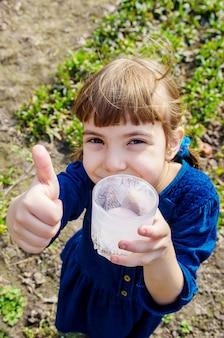 L'enfant boit du lait. mise au point sélective. des gamins.