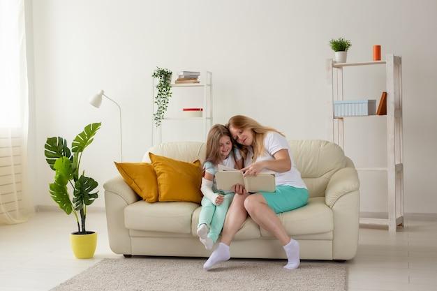 L'enfant avec un bras cassé et du gypse passe du temps à la maison avec sa mère. maladies infantiles, un point positif