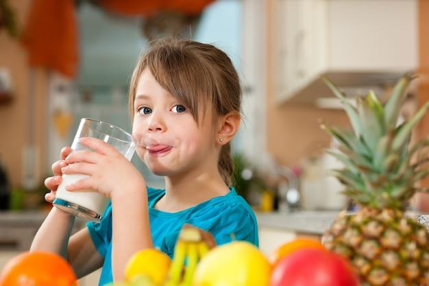 Enfant buvant du lait