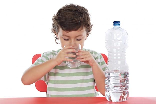 Enfant buvant de l'eau sur fond blanc