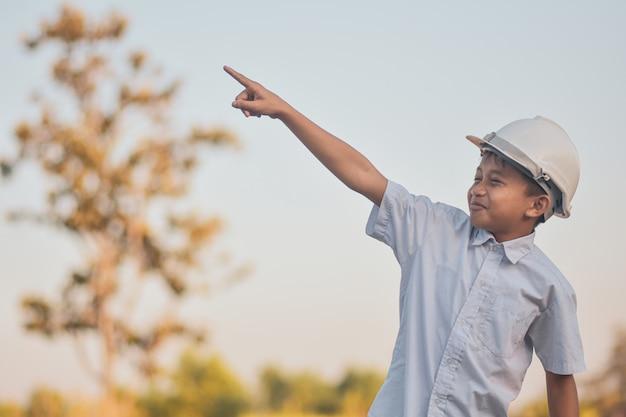 Enfant avec un casque blanc à l'extérieur