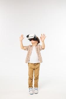 Enfant avec casque de réalité virtuelle