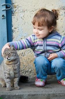 Un enfant et un chat mise au point sélective.