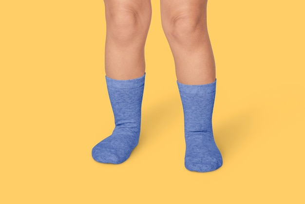 Enfant avec des chaussettes bleues en studio