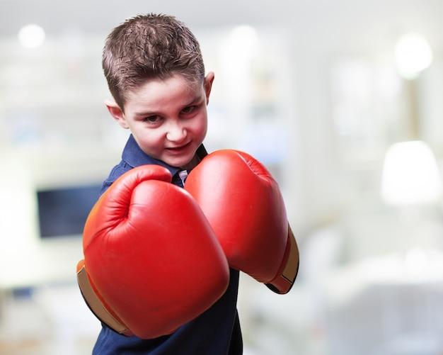 Enfant combattant agressif