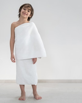 Enfant complet avec vêtements de pèlerinage hajj