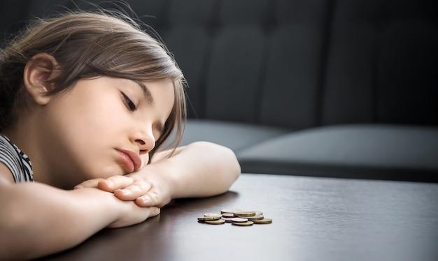 L'enfant compte les pièces