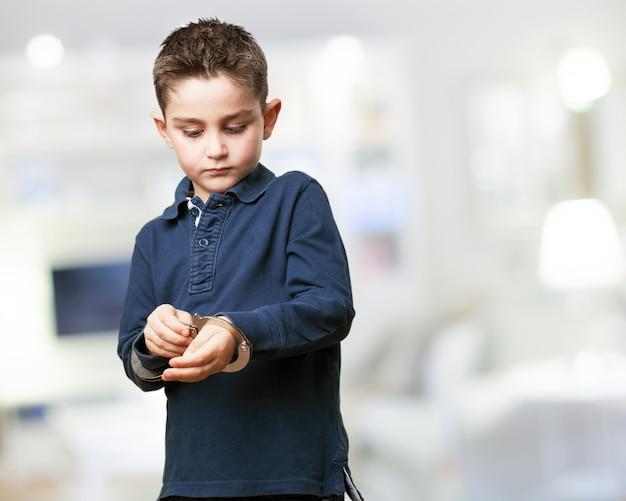 Enfant concentré en jouant avec des menottes