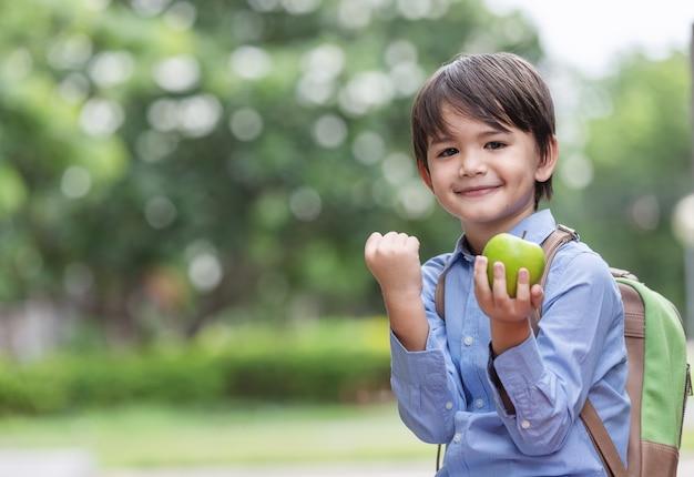 Enfant confiant, prêt à se défendre contre l'intimidation et prêt à retourner à l'école