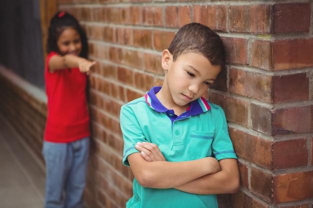 Enfant contrarié se faire taquiner par un autre enfant