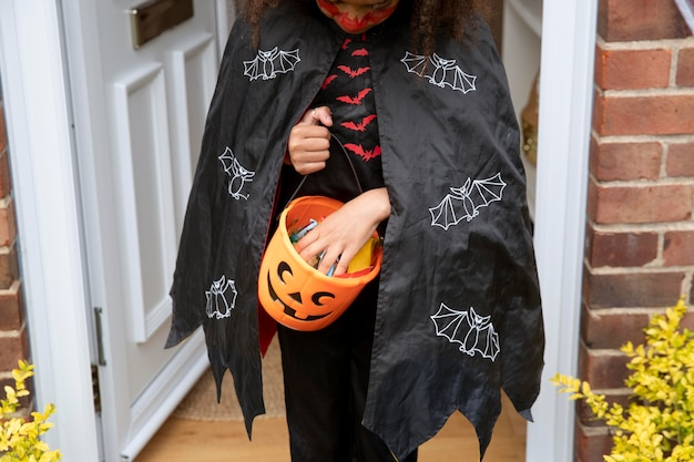 Enfant en costume de diable mignon mais effrayant