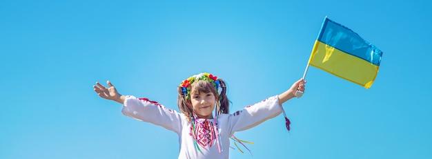 Un enfant en costume national ukrainien