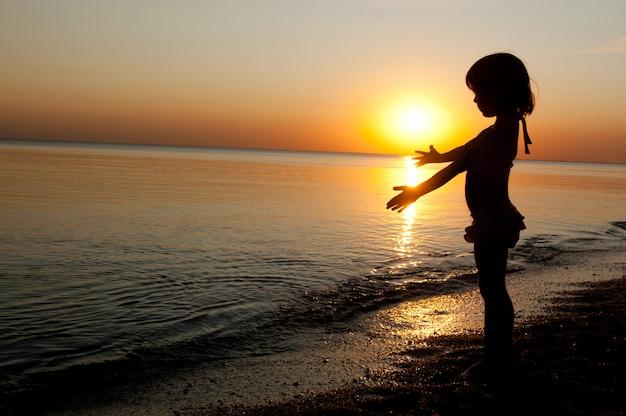 Enfant, coucher soleil, plage