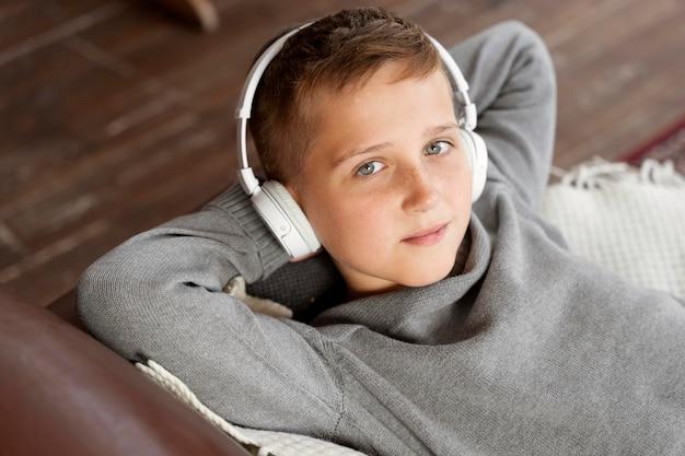 Enfant de coup moyen portant des écouteurs