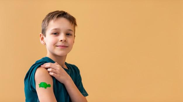Enfant de coup moyen portant un pansement