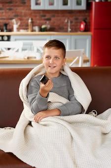 Enfant de coup moyen regardant la télévision