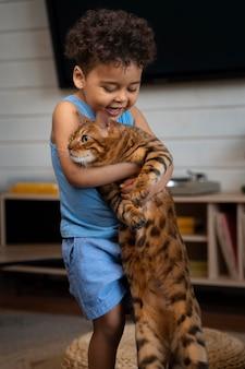 Enfant de coup moyen tenant un chat