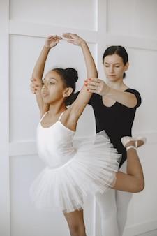 . enfant en cours de danse avec tétine