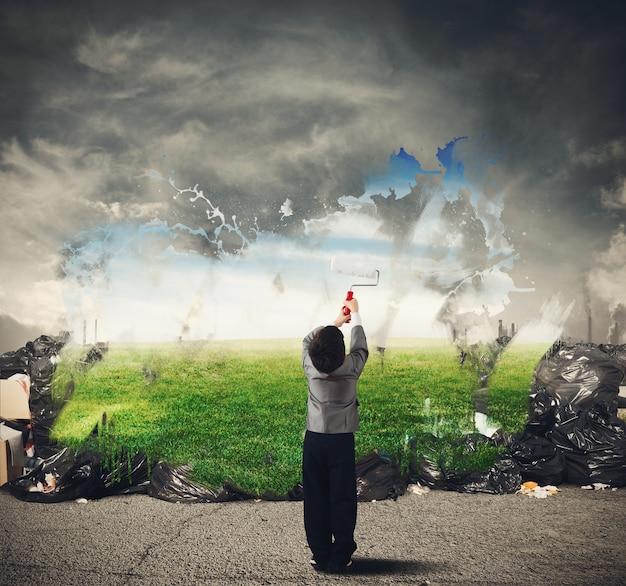 L'enfant avec créativité nettoie l'environnement naturel