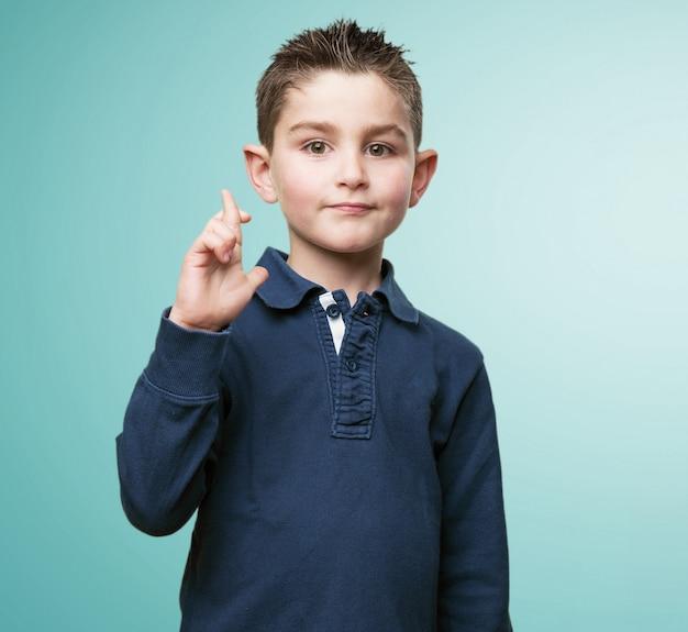Enfant croise les doigts adorable
