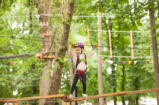 Enfant dans une aire de jeux d'aventure
