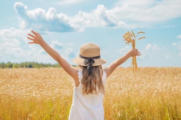 Un enfant dans un champ de blé.