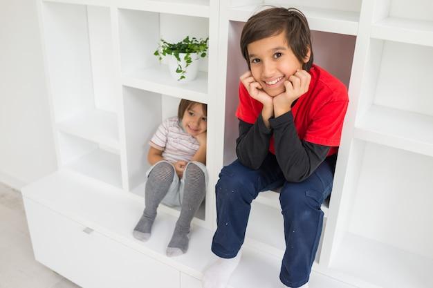 Enfant dans l'étagère à l'intérieur du salon