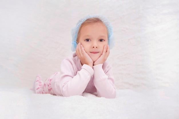 Enfant dans la salle de sel. halothérapie pour le traitement des maladies respiratoires. appliquer la thérapie au sel dans le spa