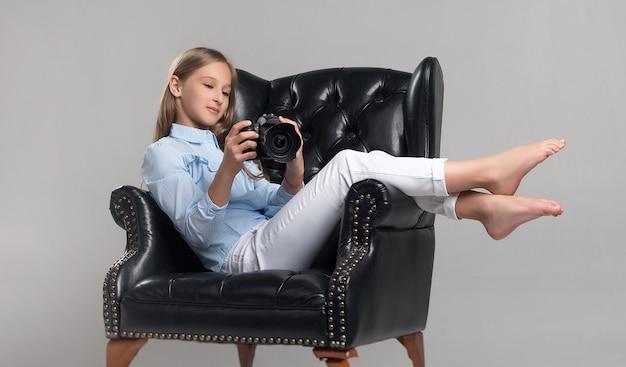 L'enfant dans le studio posant dans des vêtements à la mode
