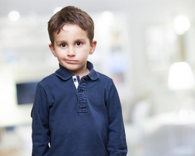 Enfant debout au visage grave