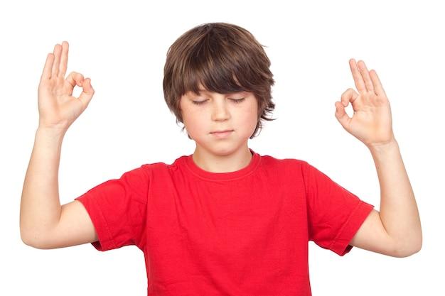 Enfant décontracté, pratiquer le yoga sur fond blanc