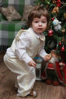 Enfant décorer le jouet d'arbre de noël