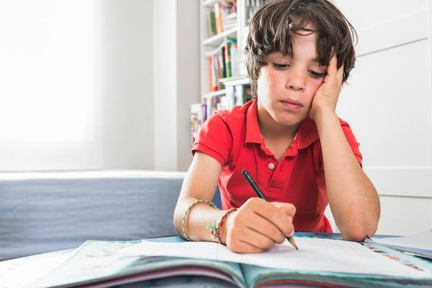 Enfant dessin sur papier à table