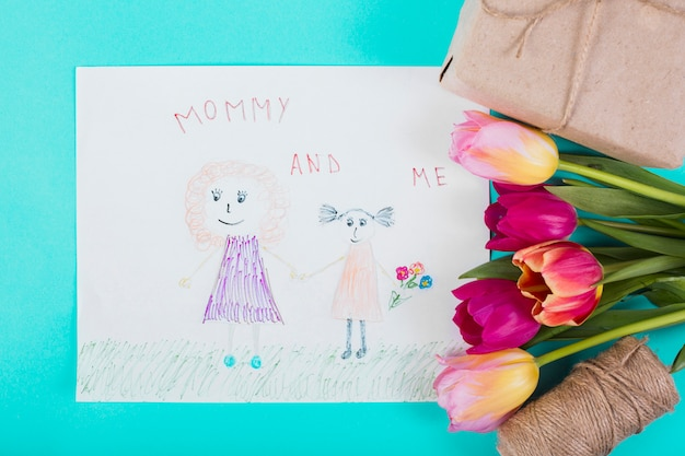 Enfant dessinant pour la fête des mères