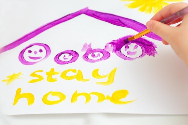 L'enfant dessine la famille sous le toit.