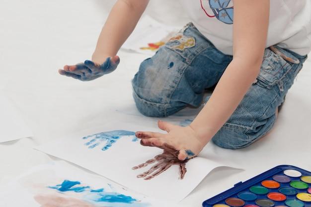 L'enfant dessine de ses propres mains
