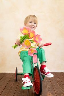 Enfant drôle tenant le bouquet de fleurs.