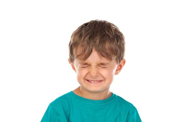 Enfant drôle avec les yeux fermés