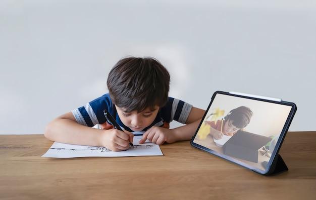 Enfant de l'école à l'aide de dessin au stylo sur papier