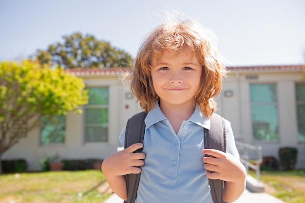 Enfant d'école primaire au visage drôle d'élève d'école