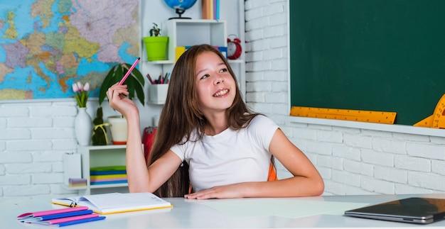 Enfant de l'école primaire en classe, éducation.
