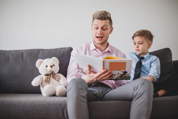 Enfant, écoute son père en lisant une histoire