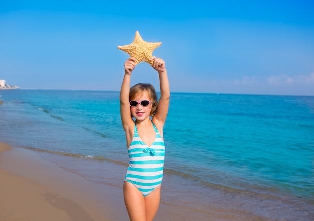 Enfant enfant fille en été plage vacances avec étoile de mer