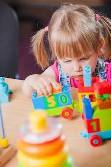 Enfant enfant mignon jouant avec un jouet