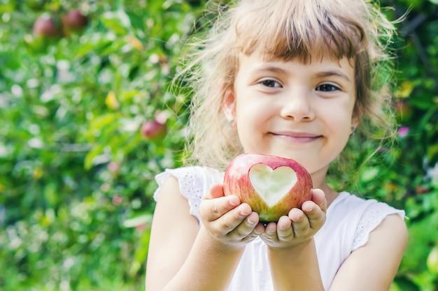 Enfant avec enfant avec une pomme. mise au point sélective.