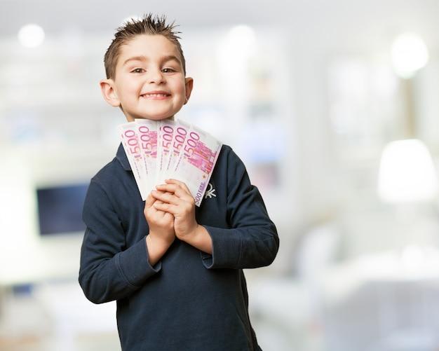 Enfant enthousiaste avec une pile de factures