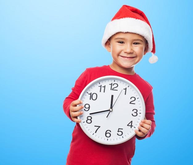 Enfant espiègle avec une horloge