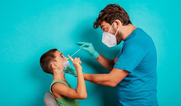 L'enfant est prêt à faire un test de covid avec le médecin