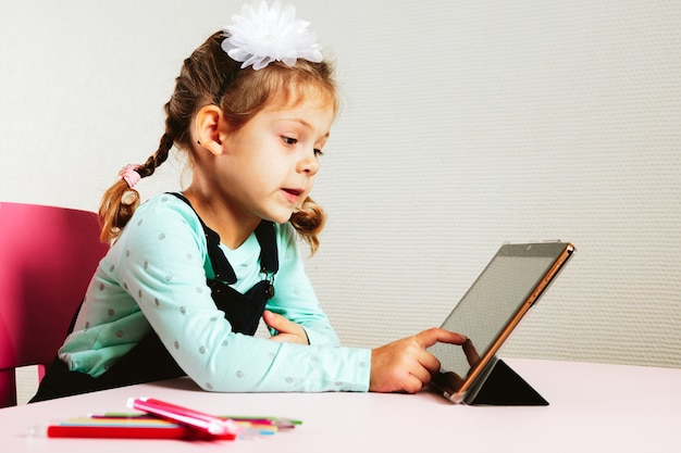 L'enfant étudie à distance à l'école