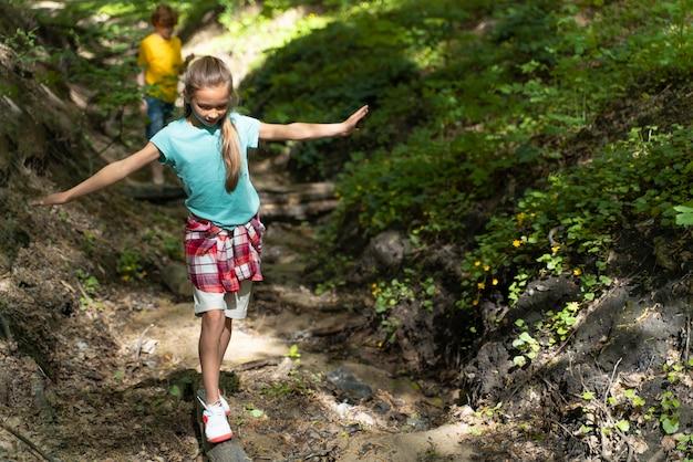 Enfant explorant la forêt le jour de l'environnement